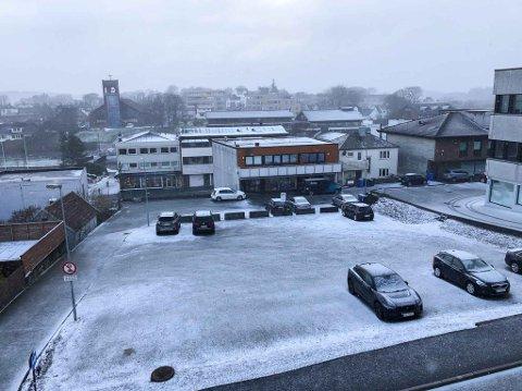SNØ: Dette var utsikta frå Jærbladet sine lokale fredag 3. april klokka litt over 10; eit tynt lag med snø dekka Bryne.