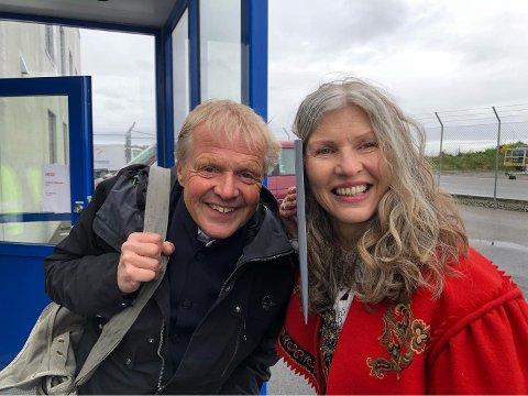 KORONAVIGNETT: Medbrakt skjærefjøl for å ta et tett på bilde av to pyser som skal ut å fly. Til venstre Geir Sveen og til høyre, Kirsten M. Myklebust.