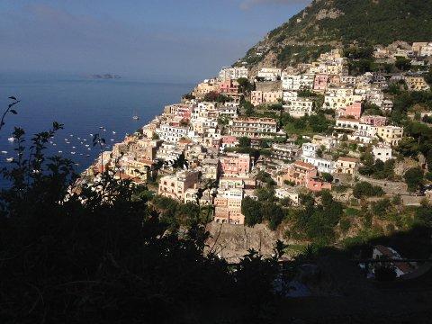 ÅPNER FOR EUROPA-REISER: Fra 15. juli av åpner regjeringen opp for reiser til land som Hellas, Italia, Frankrike og Spania. Her fra Positano på Amalfikysten i Italia.