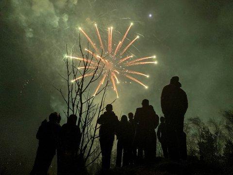 FARGERIKT: Flere hadde samlet seg ved «Haugen» for å få med seg årets fellesoppskyting.