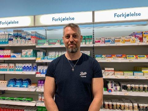 NEDGANG: Apoteker Walter Strømland hos Boots apotek Bryne merker betydelig nedgang i salget av produkter fra forkjølelse-reolen.