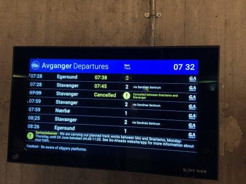 Slik så skjermen for togtider på Bryne stasjon ut rundt klokka halv åtte tirsdag morgen.