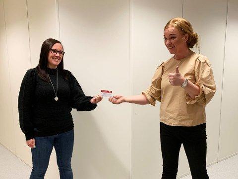 SUPERFLAKS: Camilla Jensen Grinde (t.v.) vant 44.444 kroner i en konkurranse ved kjøpesenteret M44 på Bryne. Her er hun sammen med senterleder Eli Ulveseter.