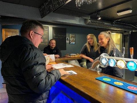 SJEKK: Seksjonsleder i skjenkekontrollen, Sverre Skårland, sjekker forholdene på Annige Bar.