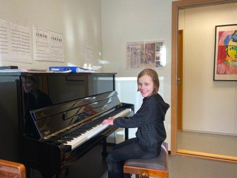 SPELETIME: June Walde (9) har speletime i lokala til Klepp kulturskule tysdag 5. januar.