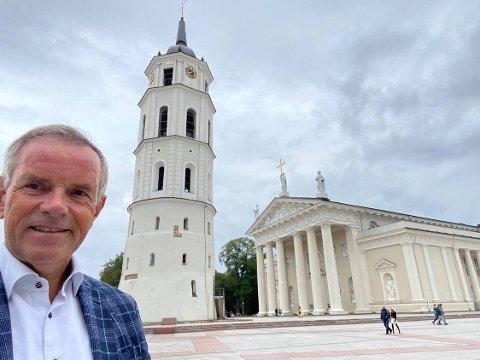 Siden i fjor har Ole Terje Horpestad vært Norges ambassadør til Litauen og Hviterussland, med base i Vilnius. Her står han foran domkirken i den litauiske hovedstaden.