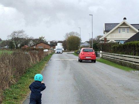 KÅSENVEGEN: Veibanen deles mellom bilister, skolebuss og myke trafikanter.