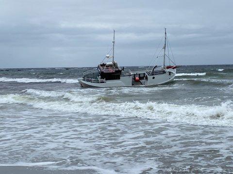 En sjark som onsdag kveld fikk motorproblemer, gikk seinere på grunn rett sør for utløpet av Salteånå.