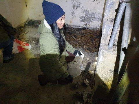 – RYDD ETTER DERE: Sissel Jeaneth Gilbertsen Knudsen oppfordrer de som bruker bunkersene som møteplass til å rydde etter seg.