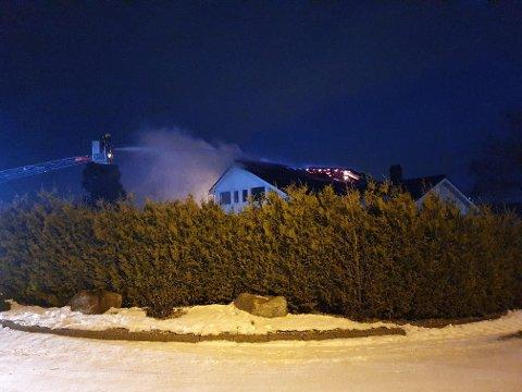 BRANN: Det brant kraftig i en garasje som etter hvert spredte seg til huset søndag morgen.