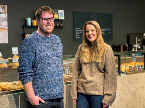 MOTIVERTE: Aage Emil Hetland og Karoline-Marie B Storesund jobber begge på Kanelsnurren på M44. Nå vil de benytte seg av den nye muligheten og ta fagbrevet innen salg.