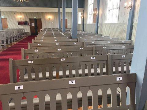 TALL: Varhaug kyrkje har nå nummerert alle benkene slik at du får en henvisning når du kommer. Slik skal de klare å holde god avstand.