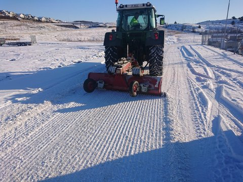ISSKJER: Hå kommune testar isskjer på traktoren i eit forsøk på å fjerna mest mogleg is frå vegar med mykje tungtransport.