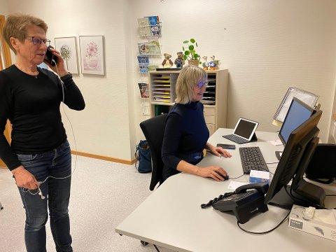 TRAVEL HELG: Liv Helga Lygren Austnaberg (ståande) og Else Johanne Sjøberg Bryne i smittesporingsteamet i Time kommune har arbeidd på spreng i helga for å kontakta alle nærkontaktar.