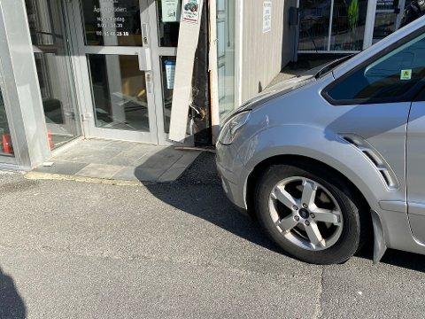 UTUR: En bil skal rundt ettermiddagstider ha rent ned i dette bygget. Årsaken kan ha vært at eier glemte å ta på håndbrekket.