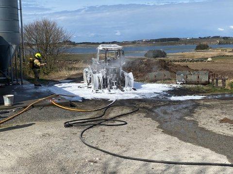 SLUKKET: En traktor stod i brann på Nese i Klepp.