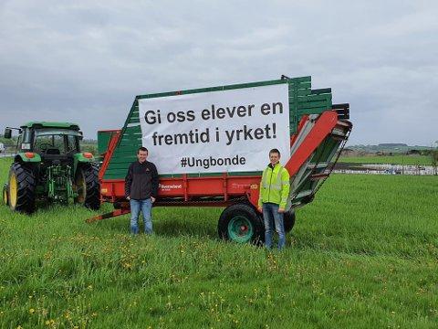 NYTT BANNER: Elevene Tollef Øksnevad og Gunnar Tunheim foran det nye banneret fra elevene ved Øksnavad vgs.
