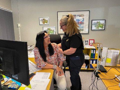 GODE KOLLEGAER: Jane Espeland og kollega Eva Maritha Rosland. på kontoret. Jane blir overrasket over at Jærbladet er på besøk.
