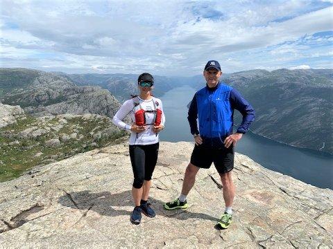 SPREKINGER: Laura Aurora Palmer og Frode Grøtteland på toppen av Preikestolen onsdag ettermiddag. Turen var en del av forberedelsene til det tøffe treningsdøgnet som venter den 29. juni.