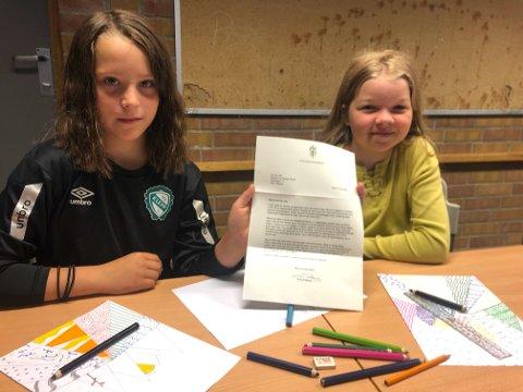 Ine Storhaug og Lilly Eide Sondresen holder stolt opp brevet de fikk fra Statsministeren.