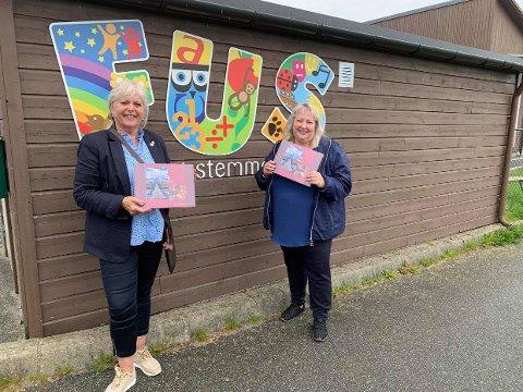 TAKKER HVERDAGSHELTENE: Kvinnegruppa i Klepp Frp, her representert med Torunn Austdal Rasmussen og Elisabeth Manke Bellamey (til høyre), besøker alle barnehagene, skolene og institusjonene i kommunen og deler ut konfektesker.