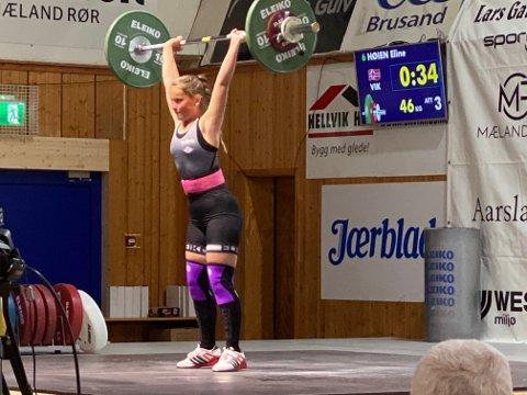 I AKSJON: Eline Høien var konkurransens yngste deltager. Det hindret henne ikke i å ta gull og bli norgesmester. Her tar hun vinnerløftet.