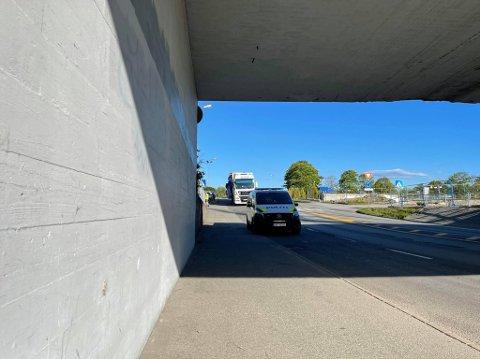 Lastebilen som satte seg fast under jernbanebroa.
