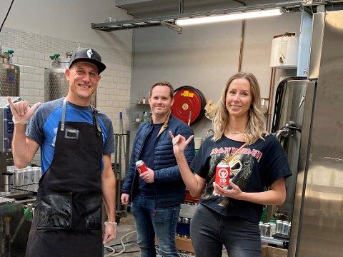 JUBILEUMSØL: Stian Ueland Varhaug, Anette Løland og bryggerimester Craig Murray Norman til venstre har kontrollen på bryggingen av jubileumsølet.