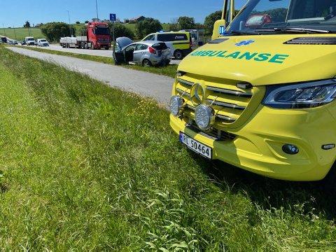 ULYKKE: En bil har fått hard medfart etter en ulykke på riksveg 444.