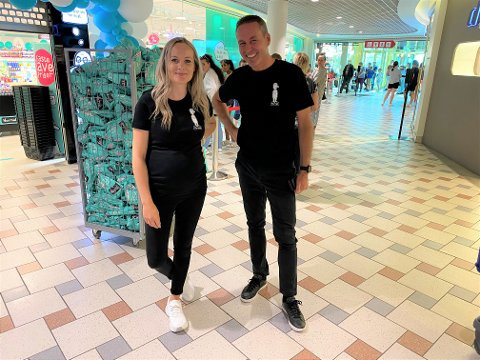 FORNØYDE: Daglig leder Mari Hatteland og regionssjef Knut Risnes. De var naturlig nok strålende fornøyde med at det var godt over 50 mennesker som sto i kø utenfor den nye Normal-butikken.