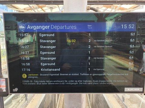 FORSINKET: Slik så skjermen ved togstasjonen på Bryne ut klokken 15:52. Nederst står en varsel om forsinkelser.