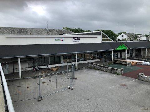 STENGT: Slik så det ut ved Sentrumsgården på Varhaug denne uka. Byggegjerdene sto ennå etter den innvendige rivingen som nylig er gjennomført. Det er fortsatt uklart om det blir utvendig riving og salg av tomta til Hå kommune.