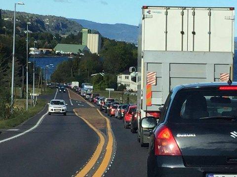 BEREGN EKSTRA TID: Fra Hellankrysset og nordover er køen lang. Bildet er tatt like før klokken 13.30 søndag.