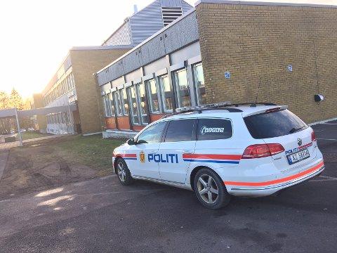 SIKRET SPOR: Politiet var innom skolene og sikret seg spor fredag formiddag. – Vi er ikke ferdige med denne saken, forteller poliiet.
