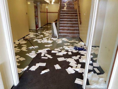 OMFATTENDE: Lageret med tørkepapir ble tømt og innholdet spredt utover korridorer, klasserom, toaletter og svømmebasseng. Og det var bare noe av skadeverket på Revetal ungdomsskole i helgen.  Alle foto: Mona Larsen / Privat
