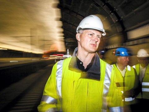 IMPONERT: Samferdselsminister Ketil Solvik-Olsen (FrP) måtte si seg imponert over ingeniørkunsten i stasjonshallen i Holmestrand. 28. november skal  dobbeltsporet Holm-Nykirke åpnes for trafikk.