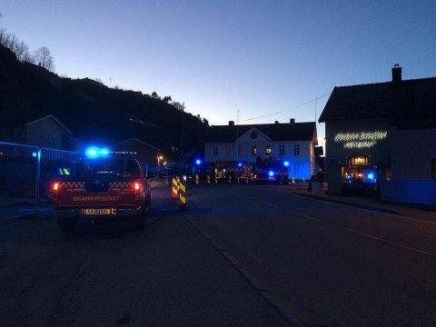 I BAKKEN: Det brant i et boligområde i Holmestrand mandag kveld.