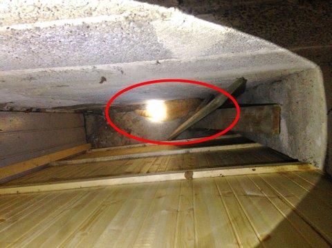 FANGET: I dette hulrommet satt katten uten mulighet til å komme seg ut for egen hjelp.