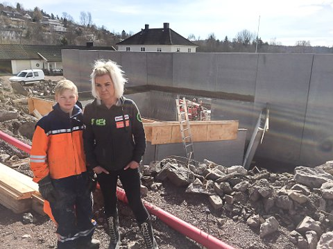 HØRTE EN KRAFTIG SMELL: – Det blir mye opprydding, men først og fremst håper jeg det går bra med mannen som falt, sier Ingunn Solberg. Her sammen med sønnen Marius Solberg Hansen.
