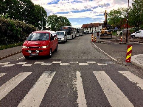 KØ: Disse sjåførene på vei forbi Holmestrand sentrum skulle snart få beskjed om å snu.
