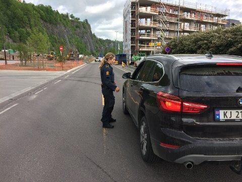 SPERRING: Politiet sperret deler av riksvei 313 ved Smørstein etter minefunnet. Allerede her, nord i Holmestrand sentrum, ble kjøretøy bedt om å snu onsdag formiddag. Nå er veien åpnet.