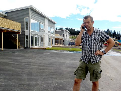 HENVENDELSER: Hallgeir Seljevoll svarer på henvendelser om leilighetene i Almesvingen.