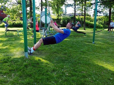 BOOTCAMP: Hver onsdagskveld i sommer arrangeres såkalt bootcamp-trening i Borgenparken. Her tester Martin Mikaelsen tauene.