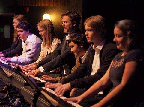 STORSLAGENT: Hele 32 kulturskolehender, sammen med profesjonelle pianister, bidro til en storslagen innvielseskonsert for Bioramas nye flygel. Pianolærer Geir Vang midt i bildet.