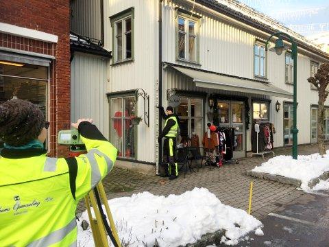 I AKSJON: Catrine Reidulff og Alexander Tangstad fra Nerdrums Opmaaling var tirsdag morgen i gang med å måle etter setninger på bygninger i sentrum.