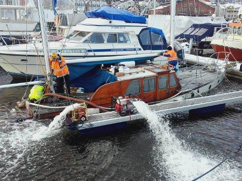 STOR JOBB: Drammen Dykkersenter brukte mesteparten av dagen fredag på å heve båten.