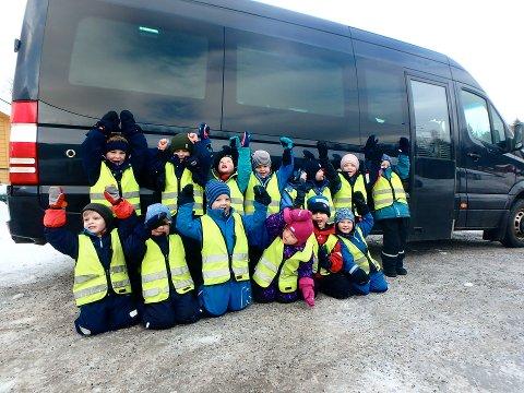 """HURRA: """"Hjulene på bussen de går rundt og rundt, gjennom hele byen."""" Barna på avdeling Kongla, i Møllerdammen naturbarnehage er storfornøyde med å endelig ha egen minibuss."""