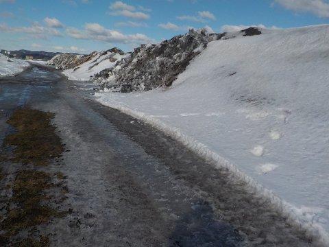 SVÆRE OG SKITNE: Snøhaugene øst for Hydro.