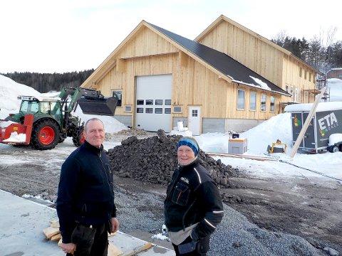 NY DRIFTSBYGNING: Tore Felin og Tone Almehagen foran sin nye driftsbygning på Lørdal.