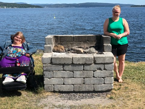 POSITIVE: Andrea Elvira Holtan Karlsen (til venstre) og Marita Haugerud syns det er bra at kommunen oppfordrer folk til å la grillene stå.